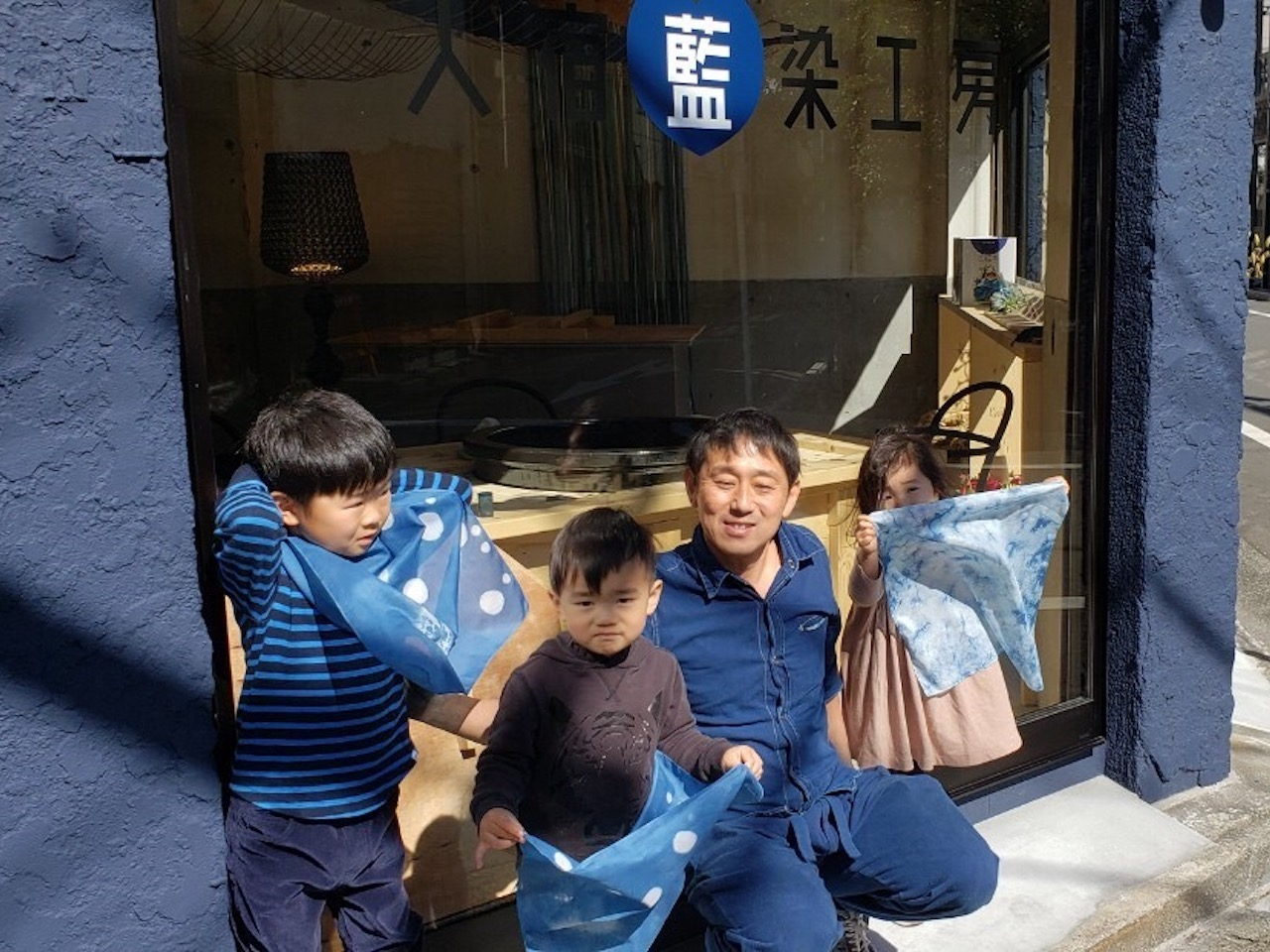職人・スタッフによるサポートでお子様も楽しめる藍染体験
