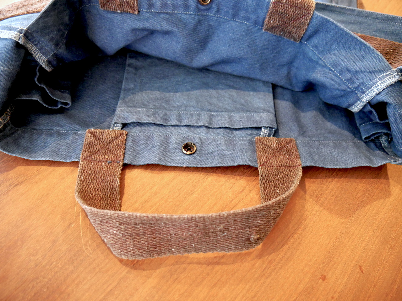 本藍染めによる、トートバッグの染直し例:人宿藍染工房